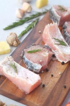 Filetto di merluzzo fresco disossato senza pelle su tagliere