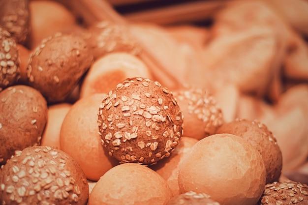 Pane fresco in panetteria, alimenti biologici e prodotti da forno senza glutine primo piano