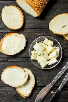 Pane e burro freschi. su uno sfondo di legno.