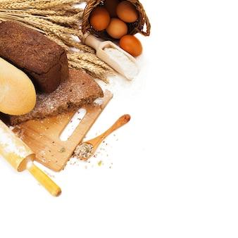 Pane fresco sul tagliere isolato sopra bianco