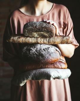 Pane fresco nelle mani di un fornaio. cibo, cottura