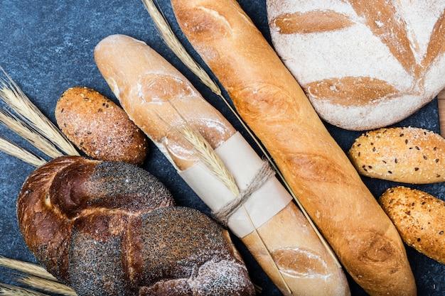 Pane fresco sul tavolo. pane fatto in casa