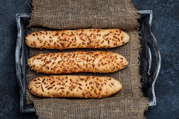 Pane fresco sul tavolo.