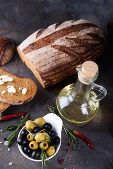 Pane fresco con olio d'oliva e olive