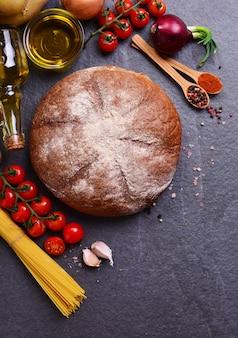 Pane fresco con spezie verdure e spaghetti