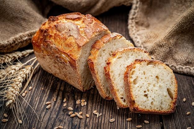 Pane fresco su fondo in legno. pane tradizionale appena sfornato sulla tavola di legno. cibo salutare