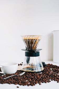Caffè appena fatto in tazza con metodo alternativo, con gocciolatore e filtro di carta.
