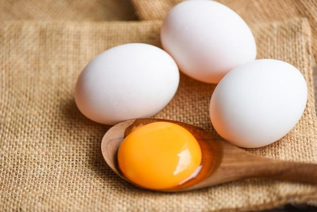 Tuorlo d'uovo rotto fresco, bianco d'uovo d'anatra raccolto da prodotti agricoli naturali in un sacco sano