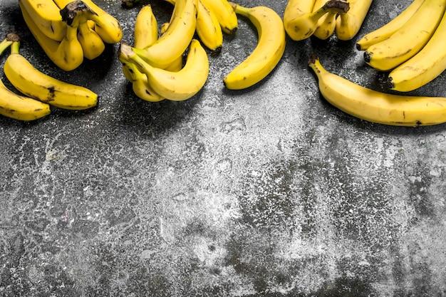 Mazzi di banane fresche. su fondo rustico.