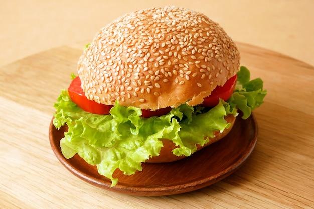 Hamburger fresco con lattuga e pomodoro primo piano