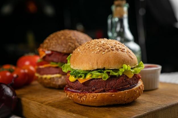 Hamburger freschi con carne e verdure vegane, cosparsi di semi di sesamo
