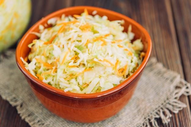 Cavolo cappuccio fresco e insalata di carote su legno sul tavolo