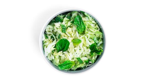 Insalata di cavolo cappuccio fresca con spinaci in una ciotola isolata on white. coleslaw. .