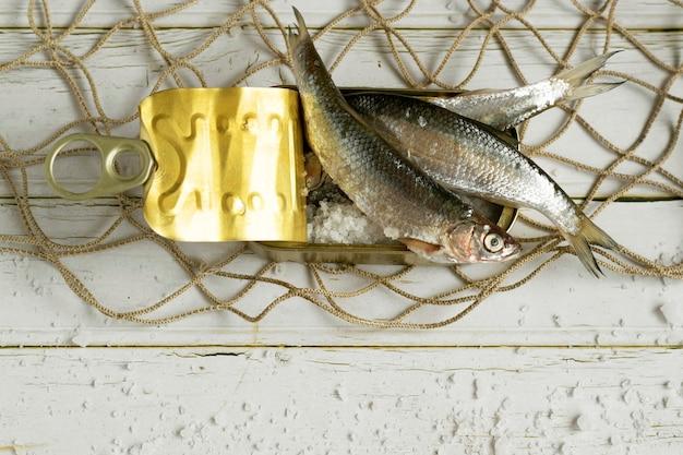 Ingredienti per una sana alimentazione di pesce fresco in scatola