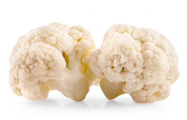 Cavolfiore fresco isolato su bianco