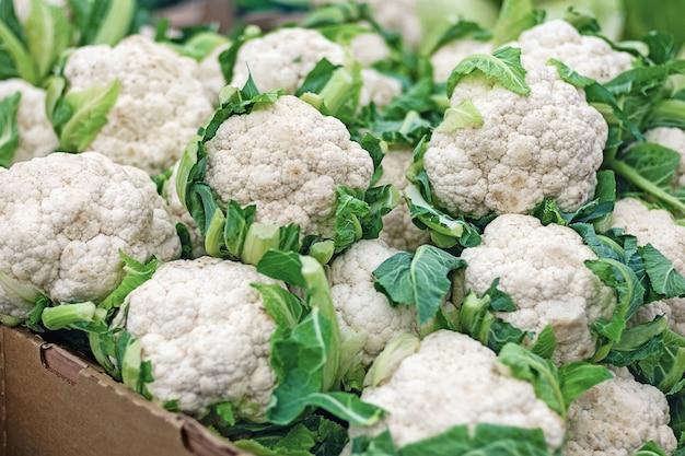Cavolfiore fresco nel reparto verdure del supermercato