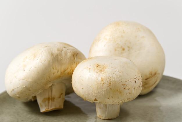 Tiro a macroistruzione dei funghi freschi del fungo prataiolo. champignon affettato bianco del primo piano.