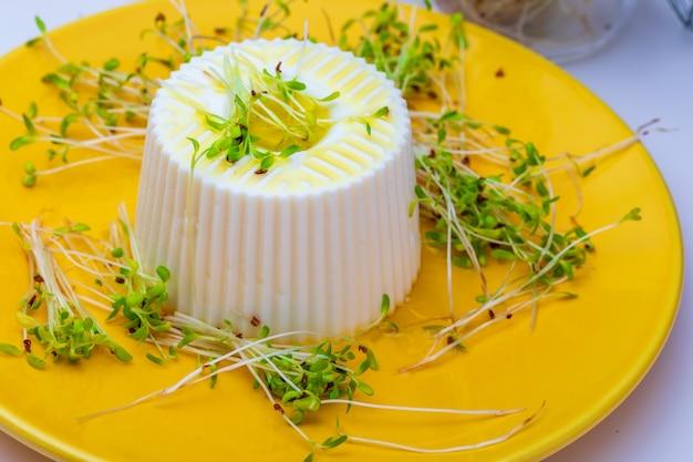 Formaggio fresco e teneri germogli di erba medica per una dieta sana e salutare