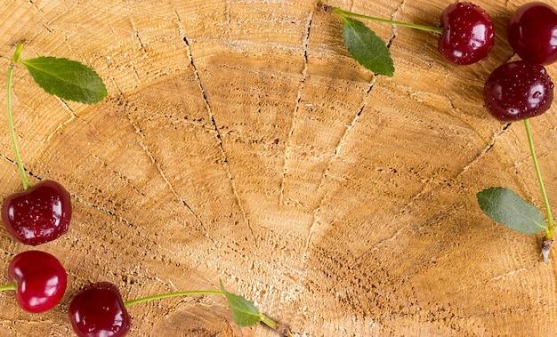 Ciliegie fresche su un tavolo di legno