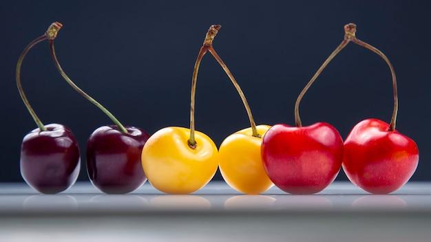 Alimento sano della bacca fresca della ciliegia per la prima colazione. frutti di vegetazione