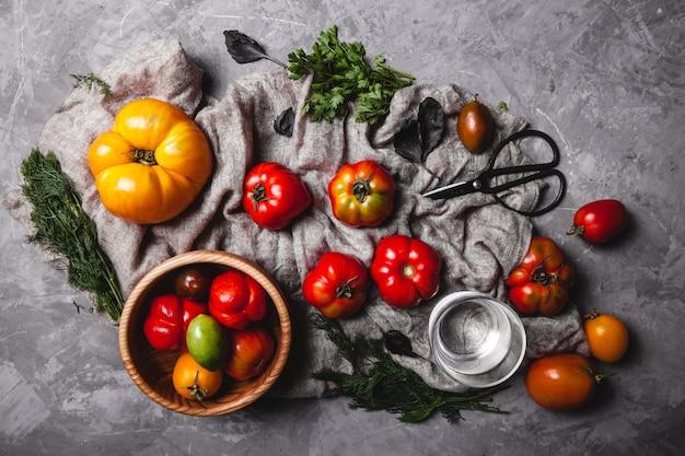 Pomodorini freschi su legno