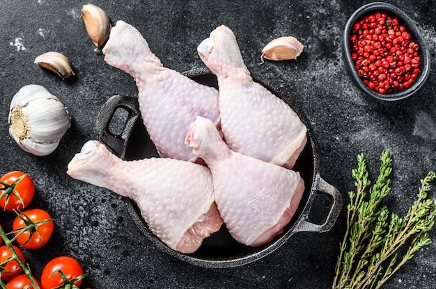Cosce di pollo fresche, gambe con ingredienti per la cottura in padella