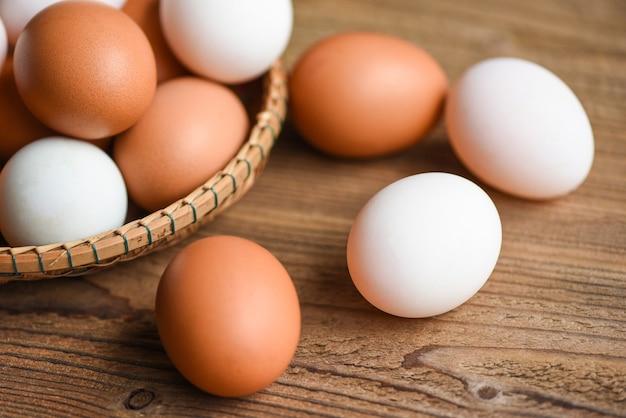 Le uova fresche di gallina e di anatra si raccolgono dai prodotti agricoli naturali in un cesto