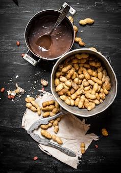 Burro al cioccolato fresco. sul tavolo di legno nero.