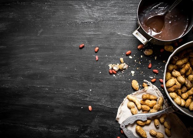 Burro al cioccolato fresco sulla tavola di legno nero