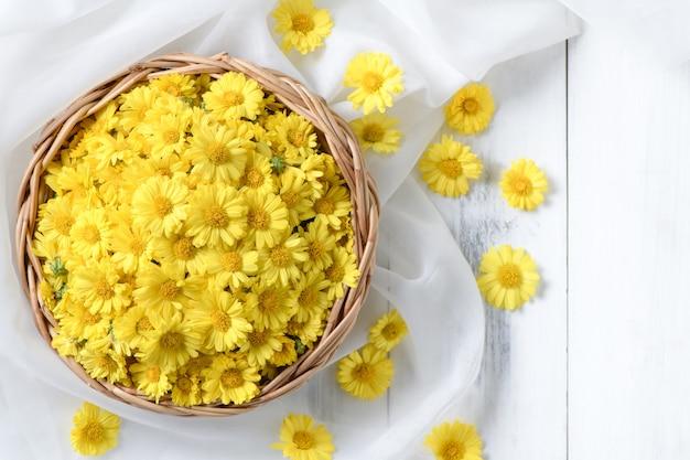 Merce nel carrello fresca del fiore del crisantemo su un legno