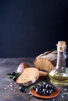 Ciabatta fresca con olio d'oliva e olive