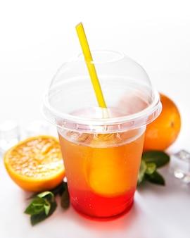 Cocktail fresco con arancia e ghiaccio. bevanda alcolica e analcolica su uno sfondo bianco