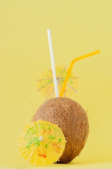 Cocktail di cocco fresco con cannucce