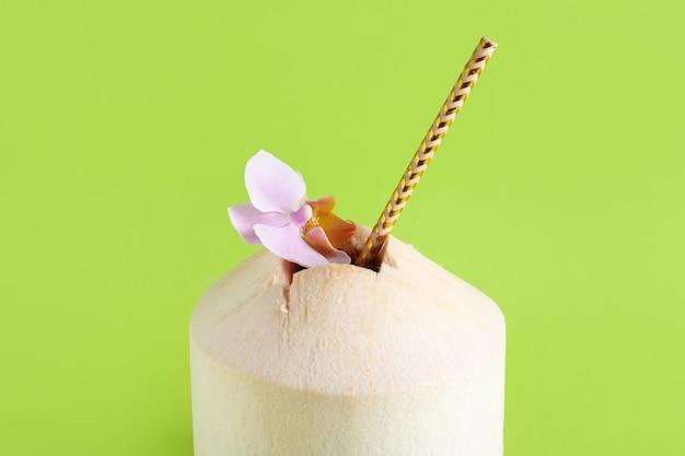 Noce di cocco fresca sulla superficie di colore, primo piano
