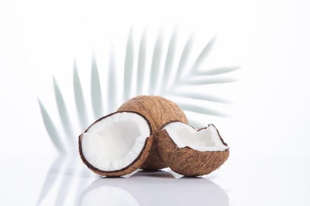 Cocco fresco con foglie di cocco