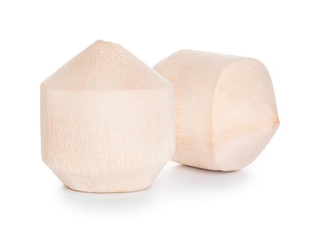 Noci di cocco fresche su bianco