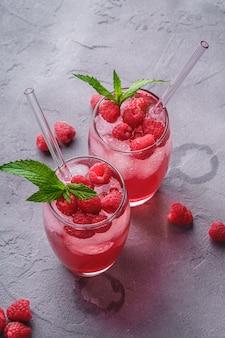 Bevande fresche di succo di bacche fredde con menta e cannucce