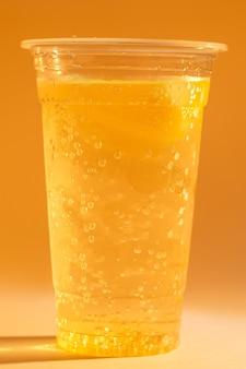 Limonata fresca fresca, bevanda estiva con acqua frizzante
