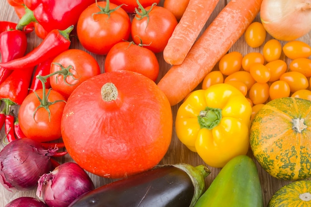 Verdure fresche colorate - zucca, pomodori, cipolla e melanzane