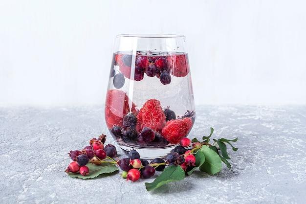 Bevanda disintossicante fresca e fresca con vari frutti di bosco