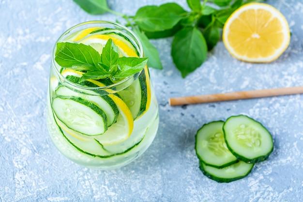 Bevanda fresca fresca detox con cetriolo e limone.