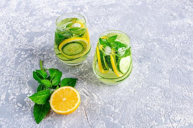Bevanda fresca e disintossicante con cetriolo e limone