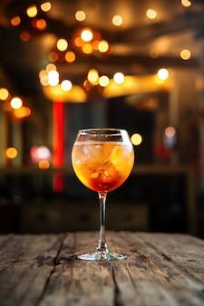 Cocktail fresco dell'arancia della frutta fresca sulla tavola di legno