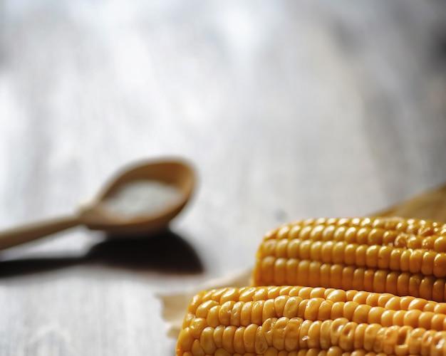Mais fresco. alimento naturale dalla pannocchia di mais con sale. cibo messicano rurale. cibo salutare. le pannocchie di mais bollite e fritte sulla tavola di legno sono servite con sale.