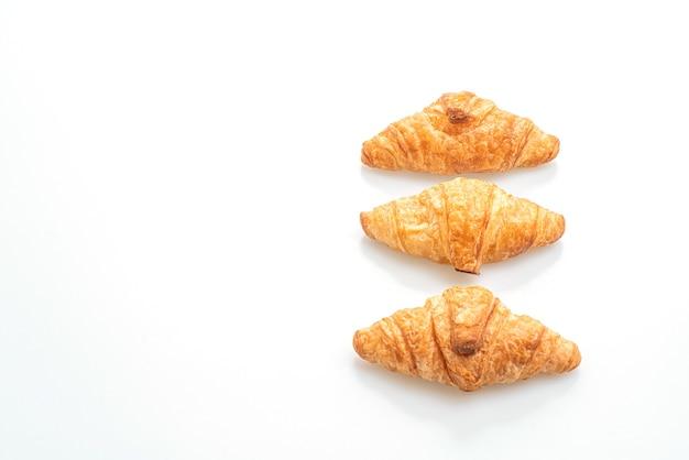 Croissant fresco isolato su sfondo bianco