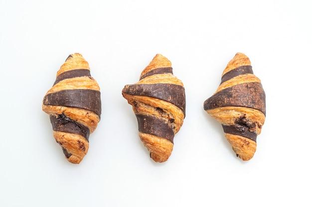 Croissant fresco con cioccolato isolato