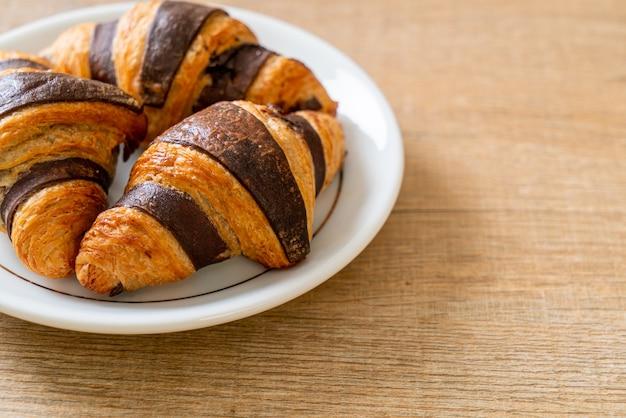 Croissant fresco con cioccolato sulla piastra