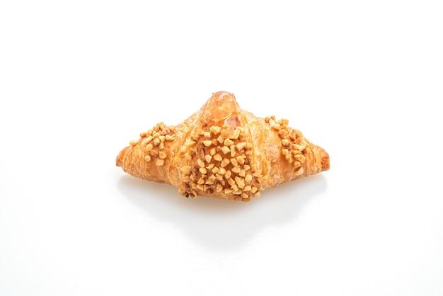 Croissant fresco con arachidi isolato su superficie bianca
