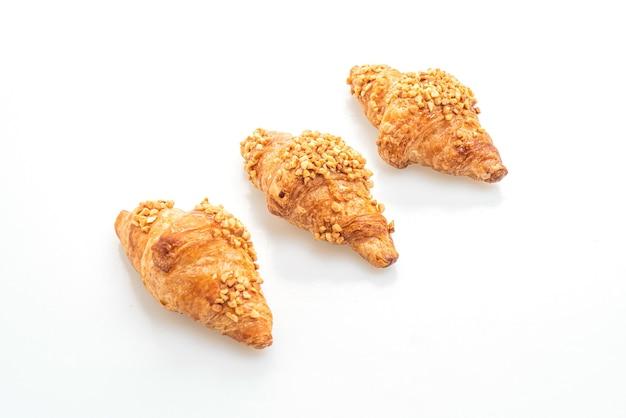 Croissant fresco con arachidi isolato