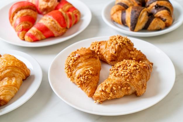 Croissant fresco con arachidi sulla piastra